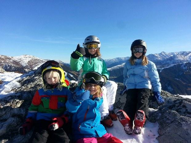 Kinder machen Pause vom Skikurs im Skigebiet Gerlos
