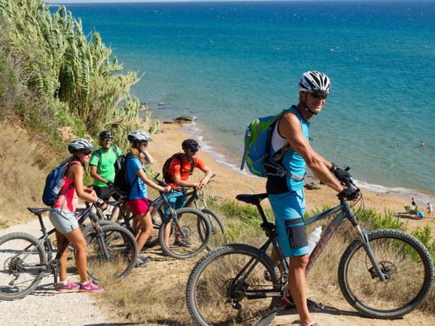 Mountainbiker machen Pause am Strand von Korfu.