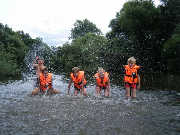 Toben im Fluss vom Familiencamp