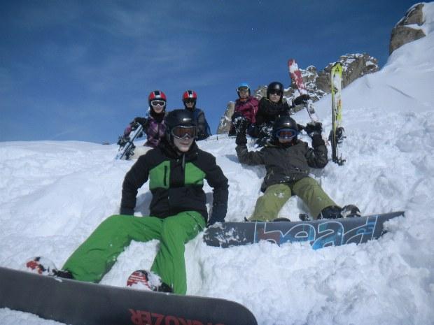 Jugendliche machen Pause im Snowboardkurs im Skigebiet Bad Hofgastein