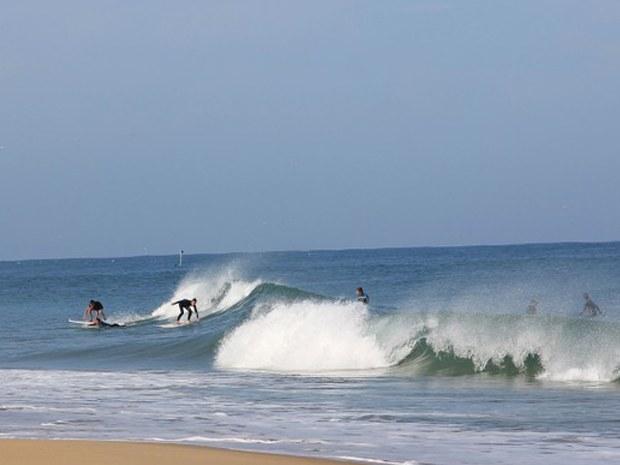 Einige Surfer in einer großen Welle im Atlantik beim Seaside Camp