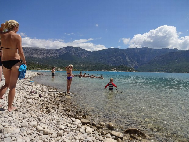 Strand vom Lac de Ste. Croix in der Nähe des Abenteuercamps