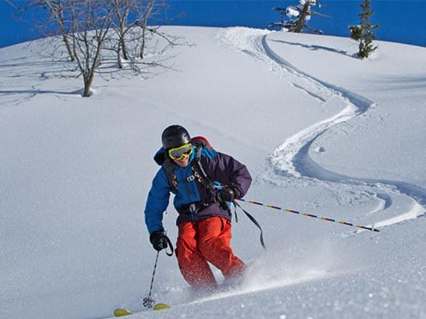 Skifahrer im Tiefschnee im Skigebiet Champéry in der Schweiz