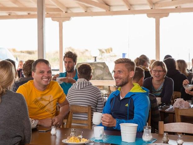 Urlauber beim Frühstück im Sporthotel