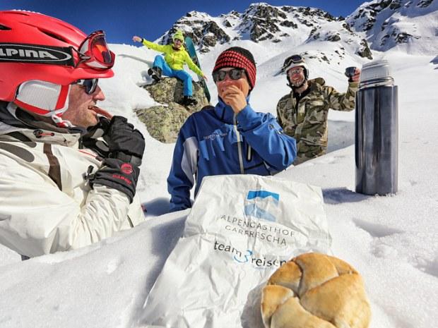 Erwachsene in der sonnigen Skipause im Skigebiet Montafon in der Schweiz