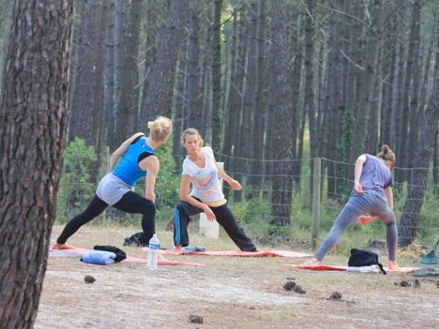 Yoga unter Pinien im Seaside Familiencamp