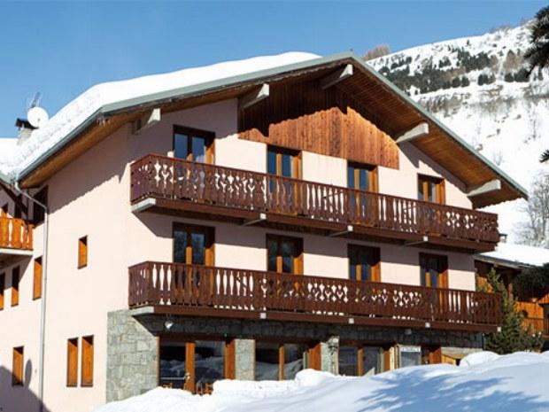 Front des Sportclubs Les Fontanettes mit Hauslift im Skiurlaub in Frankreich