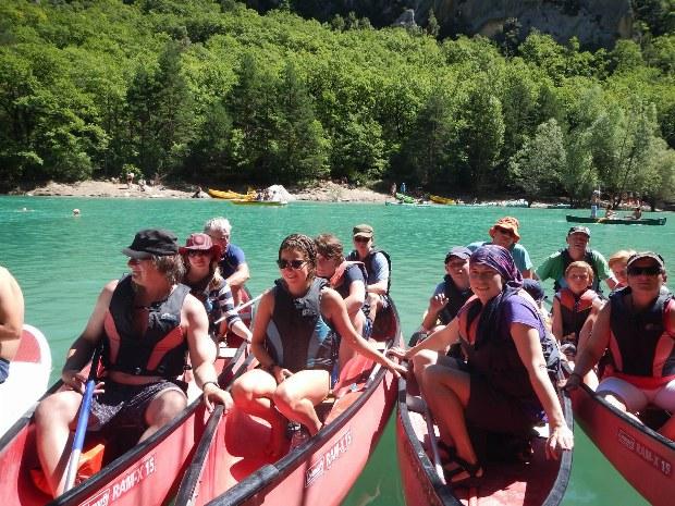 Familien beim Kanuausflug auf dem Lac de Ste. Croix im Päckchen liegend