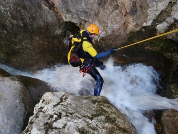 Abseilen während Abenteuer-Outdoorsport Canyoning auf der Insel Mallorca