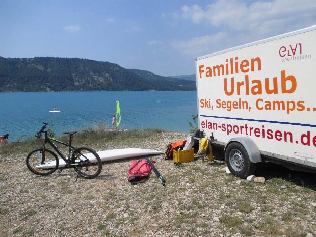 Anhänger und Material am Strand des Familiencamps in der Provence