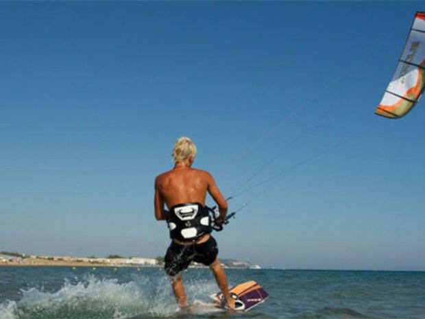 Kiter vor der Insel Korfu nahe dem Strand