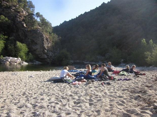 Strandübernachtung von Jugendlichen am Fluss auf Korsika