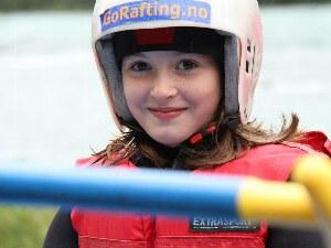 Kind in der sicheren Raftingausrüstung