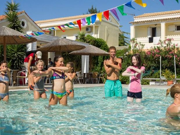 Jugendliche beim Aqua-Fitness im Pool vom Sportclub Paradise
