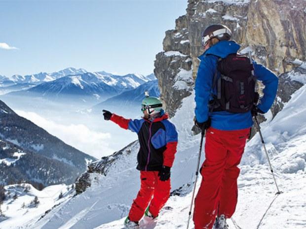 Skifahrer auf dem Gipfel im Skigebiet Crans Montana