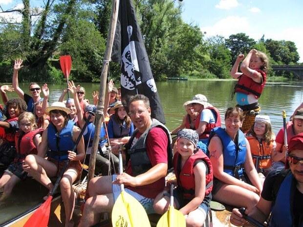 Die Teilnehmer des Familiencamp Loire alle zusammen in Kanus