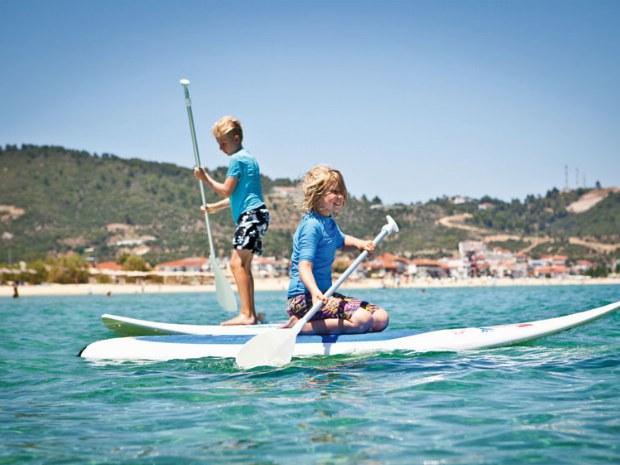 Kinder paddeln mit Begeisterung