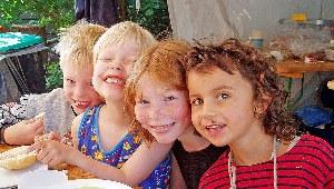Kinder genießen das gemeinsame Frühstück