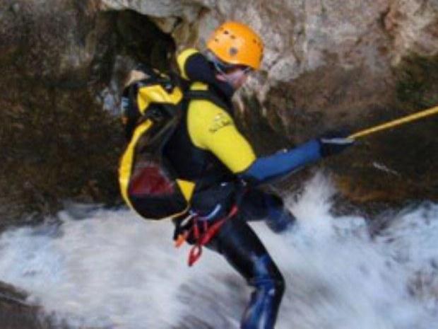 Canyoning im reißenden Fluss in Spanien