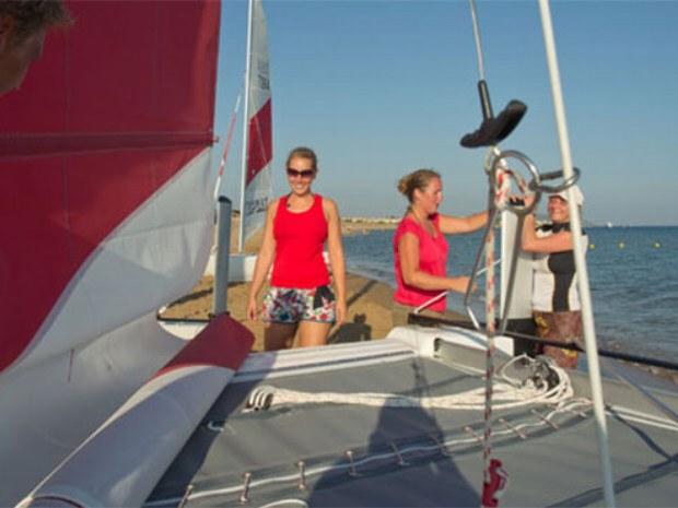 Vorbereitungen für Catamaransegeln vor der Insel Korfu