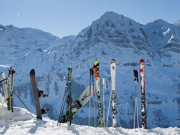 Ski im Schnee vor Panorama des Skigebiets Champéry