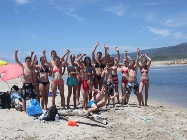 alle Teenager des Korsikacamps am Strand im Gruppenbild