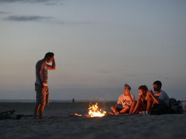 Tag beim Lagerfeuer am Strand ausklingen lassen