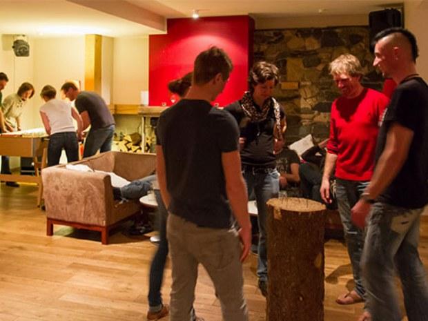 Aufenthaltsbereich in der Lobby des Chalet Onu im Skiurlaub in Champéry in der Schweiz