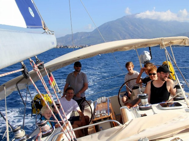 Gruppe segelt auf dem Ionischen Meer
