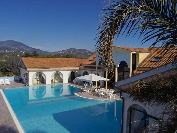 Blick auf den Pool des Sporthotels Il Tempio in Süditalien