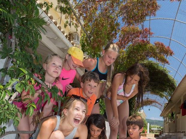 Gruppe Kinder mit Wasserbomben