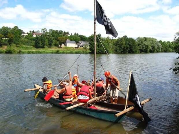 Ein Piratenkanu sticht in See auf die Loire