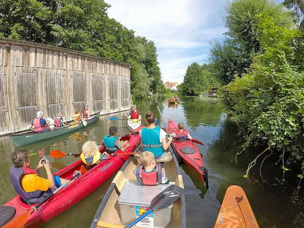 Familien beim Kanu fahren