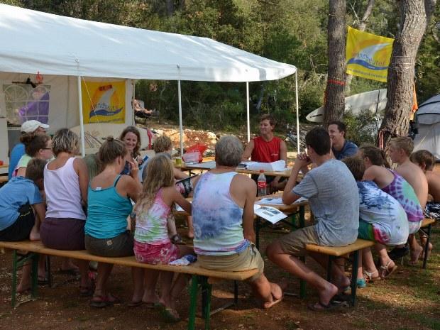 Tagesplanungen werden gemeinschaftlich im Camp besprochen.