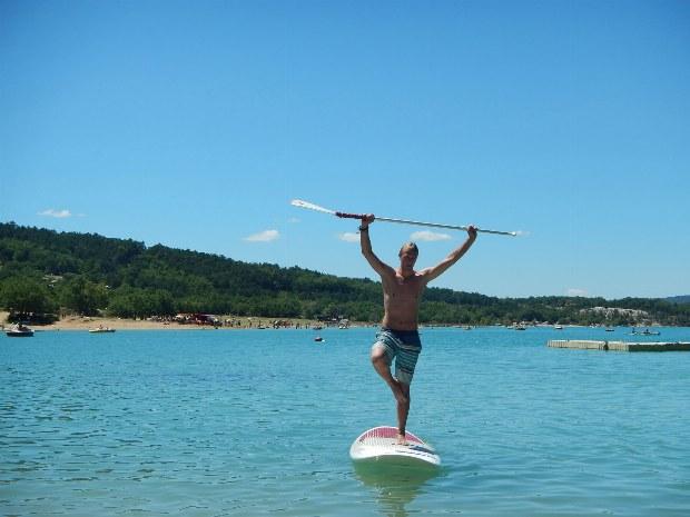 Stand up Paddler (SUP) auf dem Lac de Ste. Croix