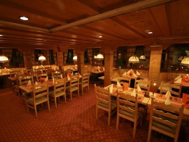 Tische im Restaurant der Unterkunft aufgestellt