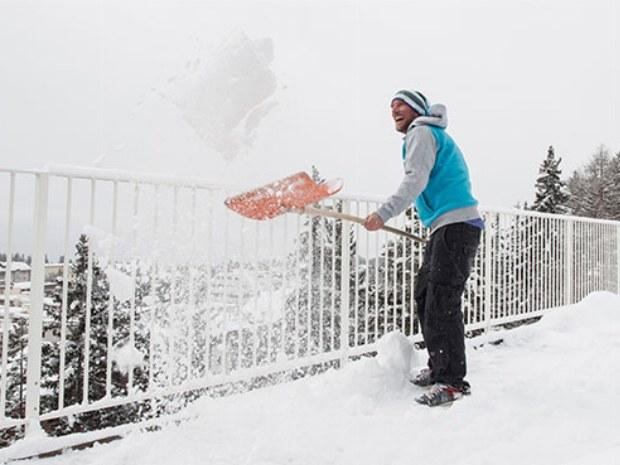 Schneeschippen imm Skiurlaub in Crans Montana in der Schweiz