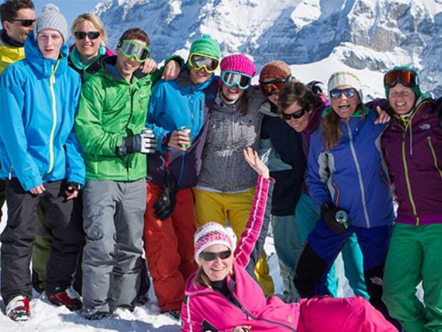 Ski- und Snowboardkurs in Pause auf der Piste im Skigebiet Champéry in der Schweiz