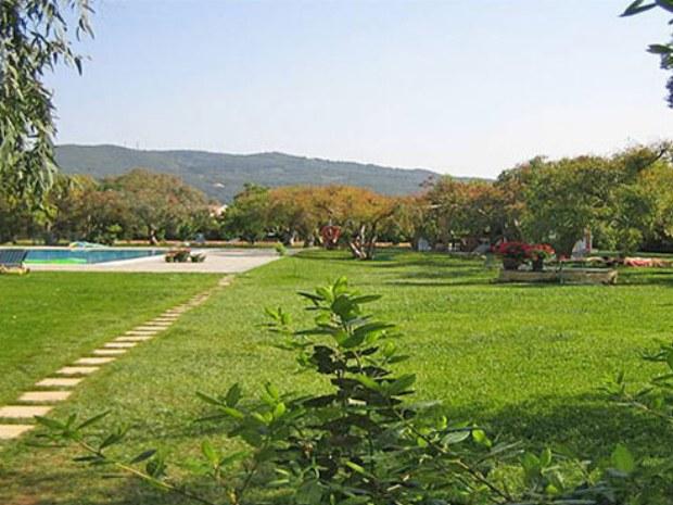 weitläufiger Außenbereich des San Georgio Sportclubs auf der Insel Korfu mit Pool
