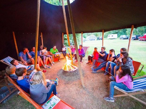 gemütliches Lagerfeuer im Camp
