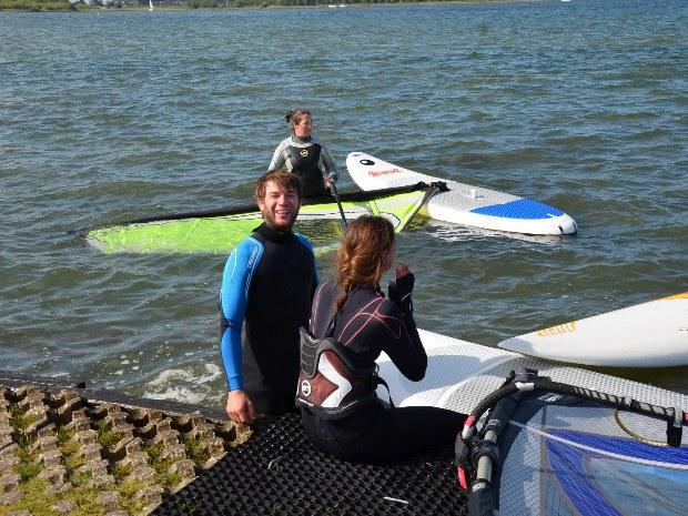 Ab ins Wasser, der Surfkurs startet