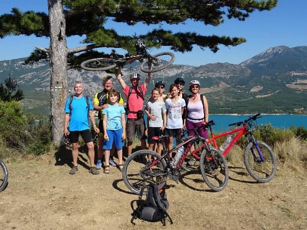 Familien auf Radtour entlang des Lac de Ste. Croix