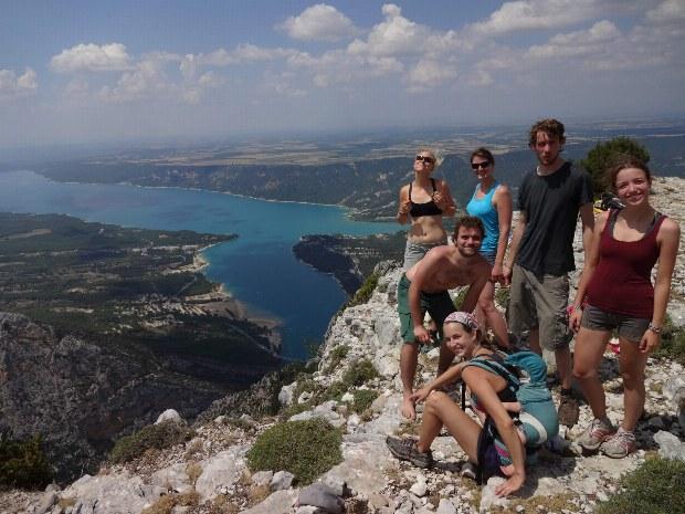 Wandergruppe am Aussichtspunkt über dem Lac de Ste. Croix