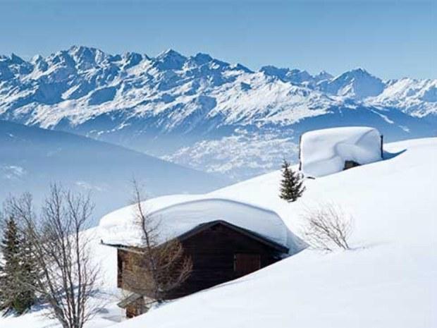 Berghütten im Tiefschnee in Crans Montana in der Schweiz