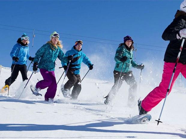 Schneeschuhwanderung in Pulverschnee in Crans Montana in der Schweiz