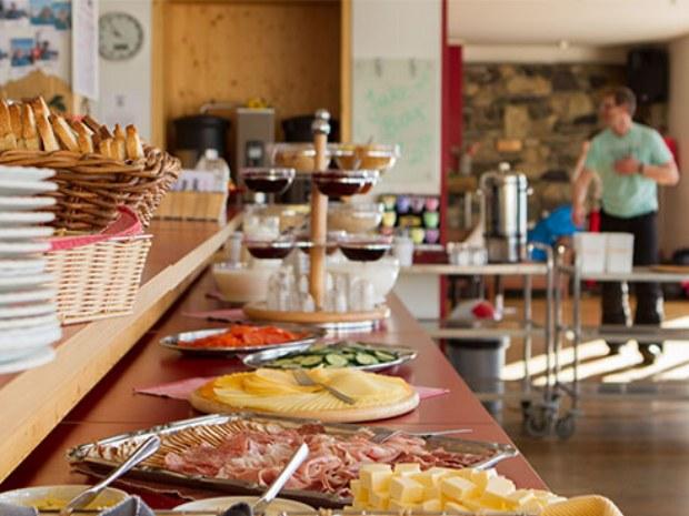 Buffet zum Frühstück im Chalet Onu im Skiurlaub in Chmapéry in der Schweiz