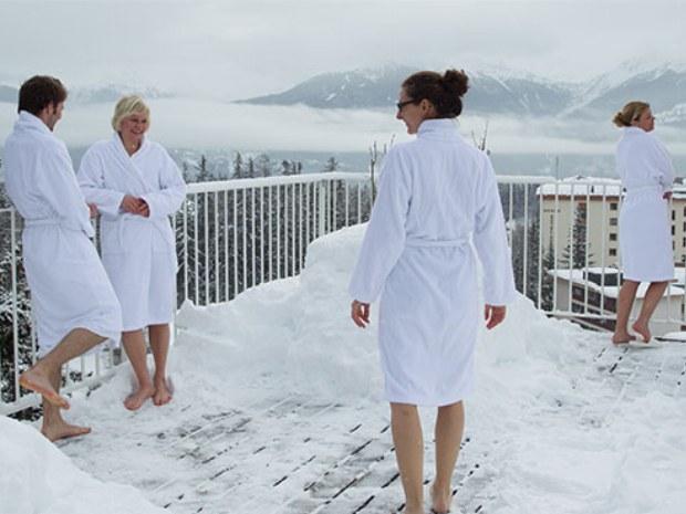 Abkühlen im Schnee im Sportclub Crans Montana im Skiurlaub
