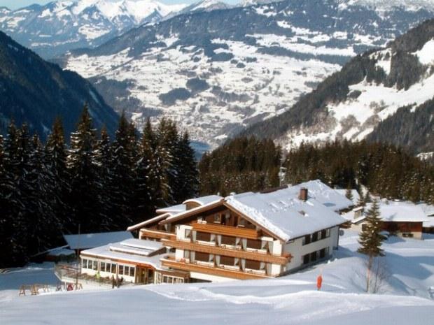 Ansicht des Sportclubs Montafon im Skiurlaub im Sonnenschein