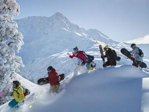 Ski- und Snowboardgruppe im Tiefschnee im Skigebiet Arlberg in Österreich
