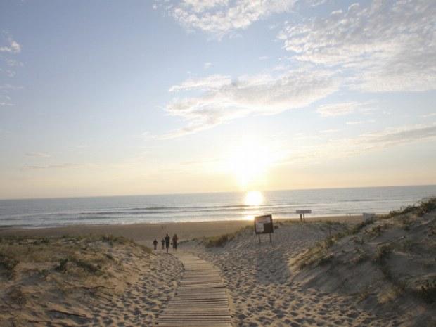Holzweg durch die Dünen zum Atlantikstrand beim Seaside Camp